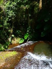 Trou creusé dans la cascade ou les chefs religieux venaient prendre leur bain